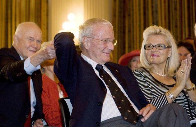 Reuters/Reuters - Scott Carpenter (au centre), le second astronaute américain après John Glenn à avoir tourné en orbite autour de la Terre, est décédé jeudi d'un arrêt cardiaque à l'âge de 88 ans. /Photo prise le 21 juillet 2009/REUTERS/Larry Downing