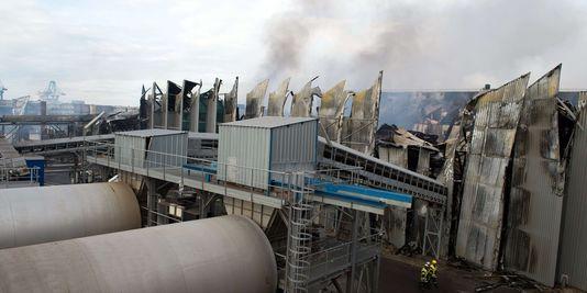 """Pas de """"risque identifié pour les populations"""" après l'incendie de Fos-sur-Mer"""