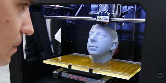 Démonstration d'une imprimante 3D au CeBIT (Salon des technologies de l'information et de la bureautique), à Hanovre, en Allemagne, en mars dernier.   REUTERS/FABRIZIO BENSCH