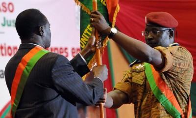 Le président burkinabè Michel Kafando (g.) et le lieutenant-colonel Isaac Zida, lors de la cérémonie de passation de pouvoir, en novembre 2014 à Ouagadougou. AFP PHOTO/SIA KAMBOU