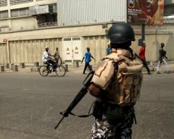 Des gendarmes ivoiriens tirent en l'air dans le port d'Abidjan